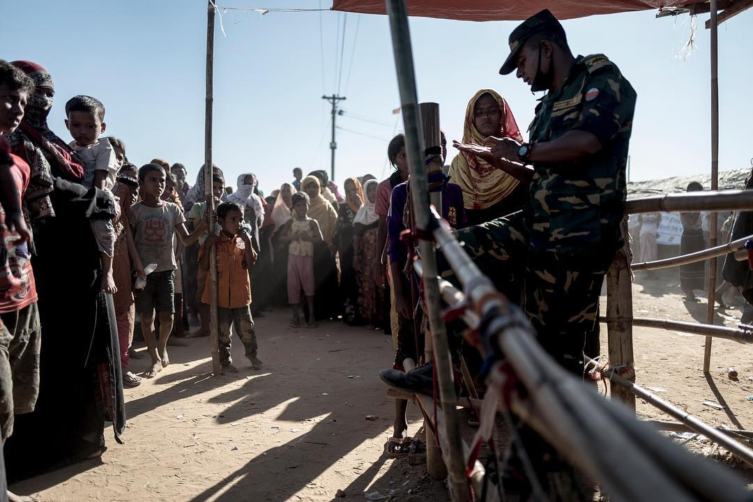 Everyday about 10.000 refugees wait at the Emergency aid delivery, but only 3000 Will get their rations. Every family get the rations bi-weeky and for this you need a rationcard. In the picture a Bangladeshi military man explains the need for the card to get through